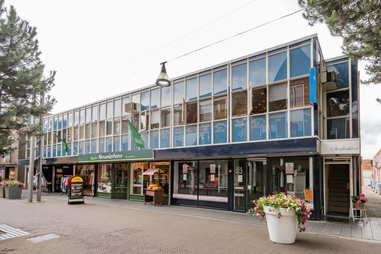 Verenigd Beheer B.V. verkoopt zeven winkels en twee woningen aan particuliere beleggers.
